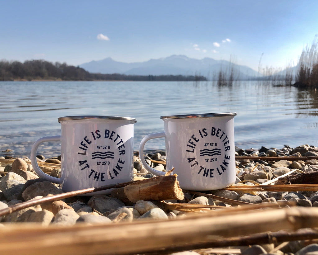 Klassische, weiße Emaille-Tasse im Retro-Stil mit Life is better at the lake Aufdruck. Exklusiv bei den Three Monkeys 030