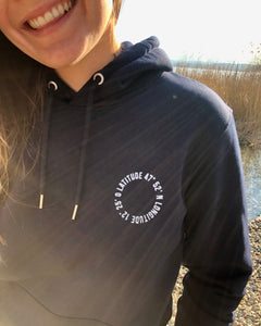 Hoodie Life is better at the lake mit uraltem Stempeldruckverfahren bedruckt. Bio-Baumwolle, recycling. Exklusiv bei den Three Monkeys 030