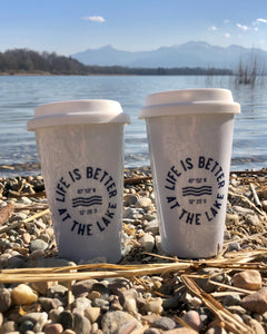 To-Go Porzellan Becher Life is better at the lake. Exklusiv bei den Three Monkeys 030
