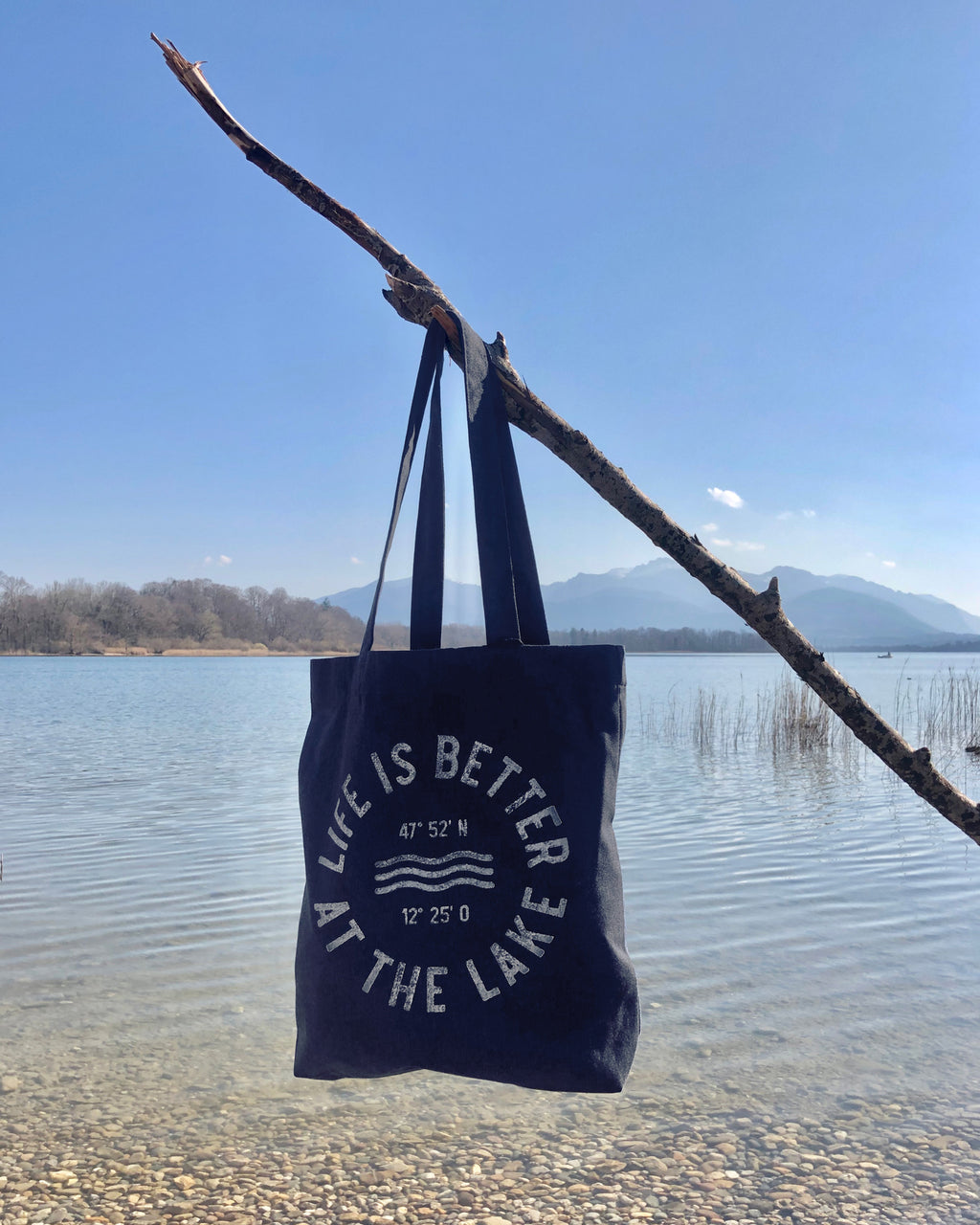 Shopper Life is better at the lake mit uraltem Stempeldruckverfahren bedruckt. Exklusiv bei den Three Monkeys 030