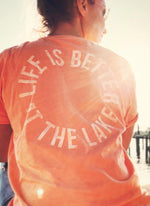 "Laden Sie das Bild in den Galerie-Viewer, T-Shirt ""Life is better at the lake"" - orange - unisex"