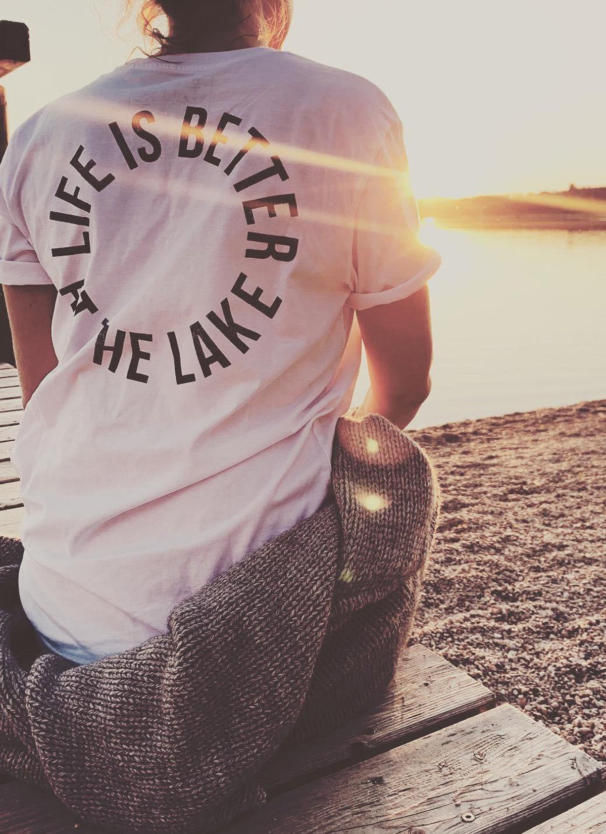 "T-Shirt ""Life is better at the lake"" - weiß mit blauen druck- unisex"
