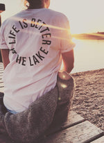 "Laden Sie das Bild in den Galerie-Viewer, T-Shirt ""Life is better at the lake"" - weiß mit blauen druck- unisex"