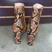 Load image into Gallery viewer, Steve Madden Boots- size 6.5