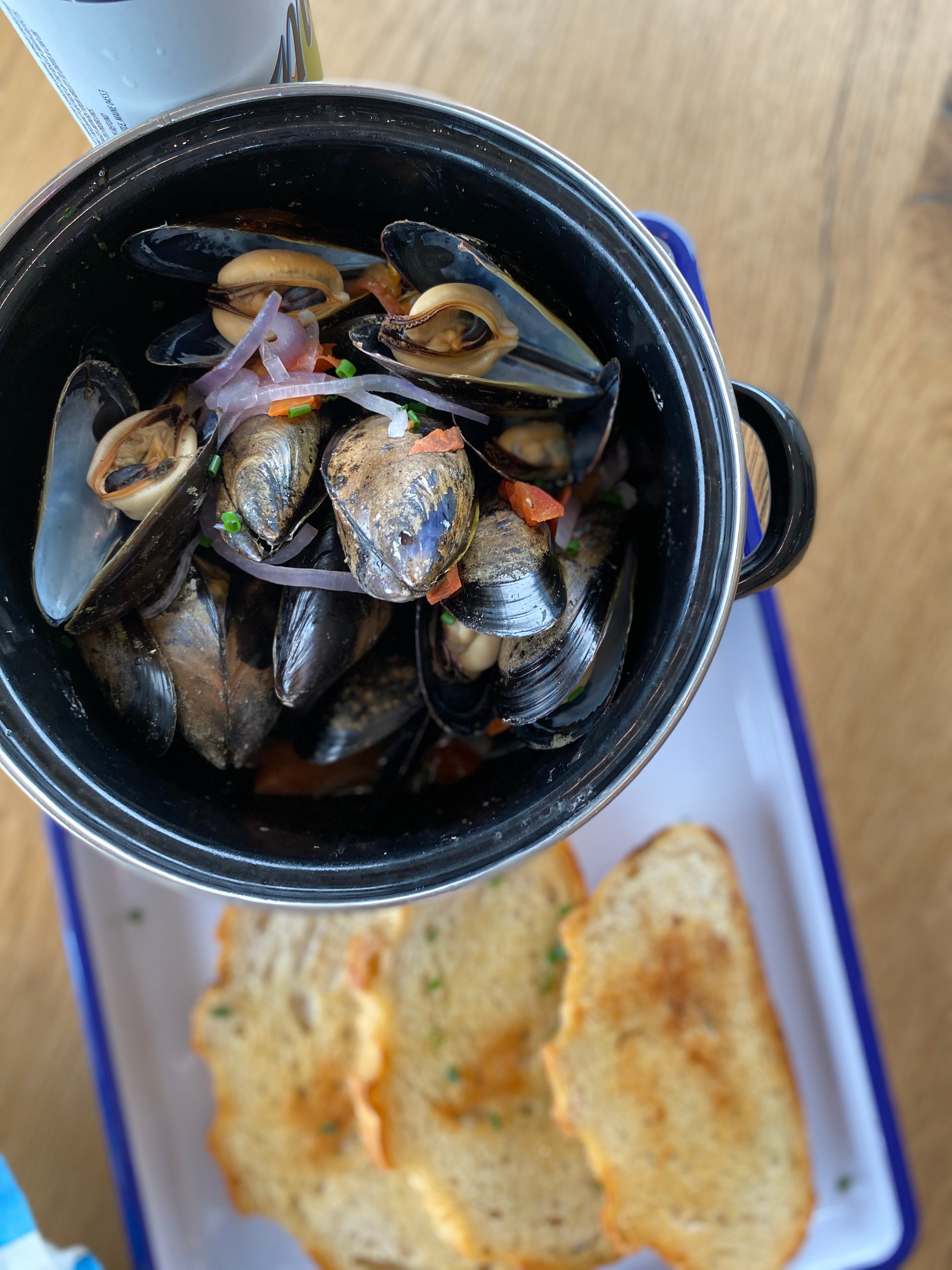 mussels in a pot with bread