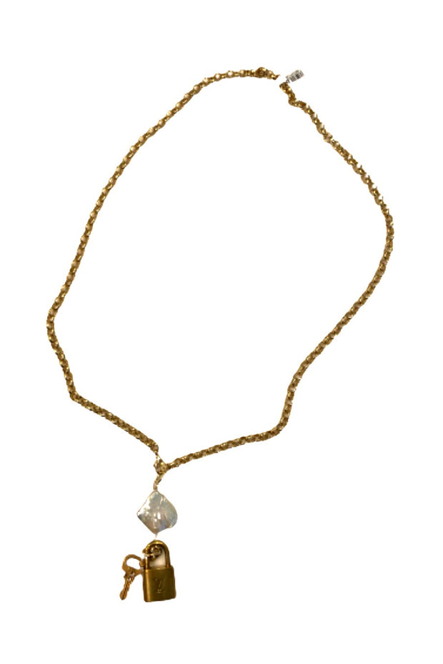 LV GOLD CHAIN FLAT BAROQUE PEARL LOCK