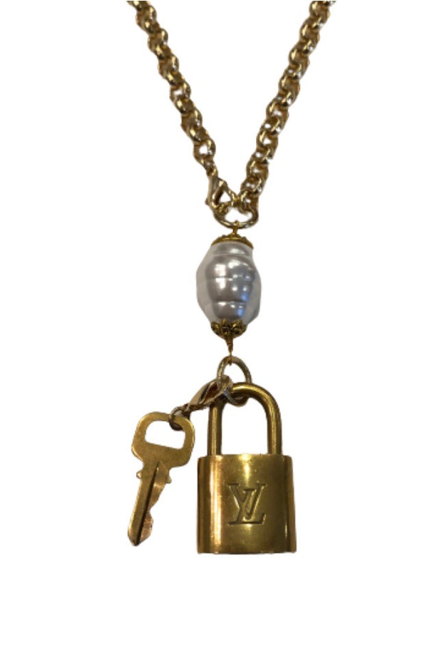 LV GOLD CHAIN PEARL LOCK