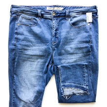 Load image into Gallery viewer, Seven7 Denim Size 22