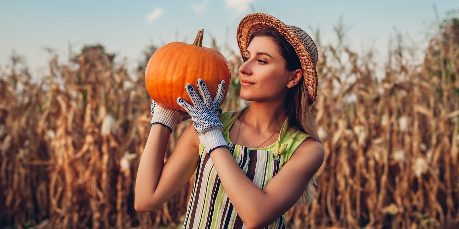 Woman_holding_pumpkin