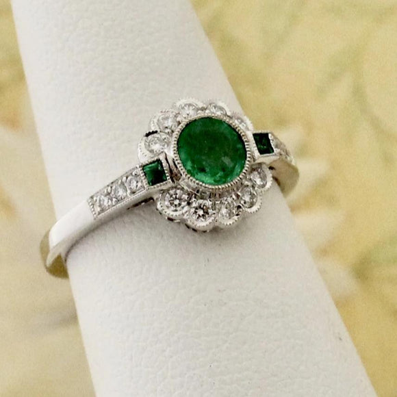 Charming Emerald & Diamond Ring, 18K