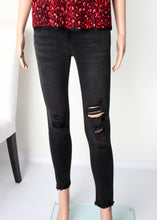 Load image into Gallery viewer, midrise distressed crop skinny jean
