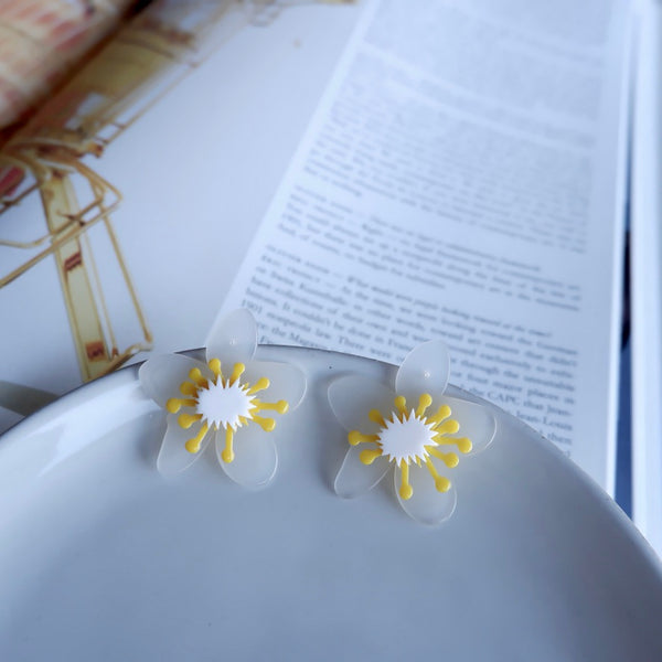 Acrylic White Flower Stud Earrings