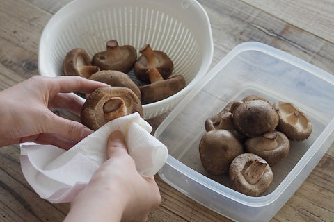 Wipe off the water from the shiitake mushrooms