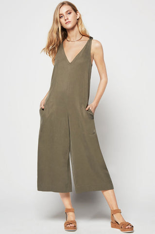 Women's sleeveless v-neck casual oversized loose relaxed fit culotte jumpsuit for fall. Olive green
