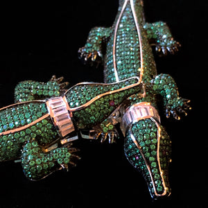 A HIGHLY DETAILED DIAMANTÉ GREEN ALLIGATOR NECKLACE