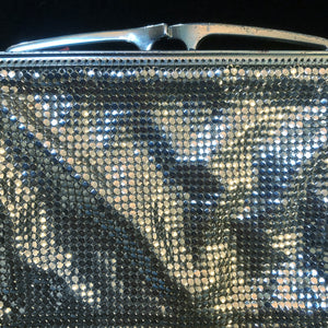 A 70s SILVER GLOMESH EVENING PURSE