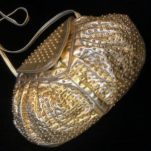 A STYLISH 1980s GOLD LEATHER STUDDED BAG