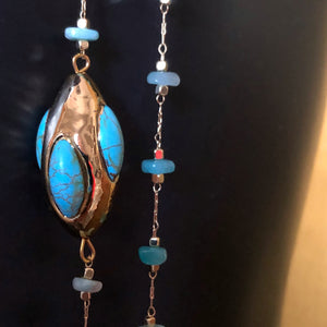 AN UNUSUAL FINE CHAIN OF GOLD CERAMIC AND TURQUOISE SHELL CHIPS