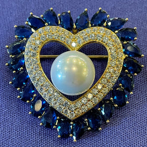 A DIAMANTÉ HEART BROOCH WITH PEARL CENTRE