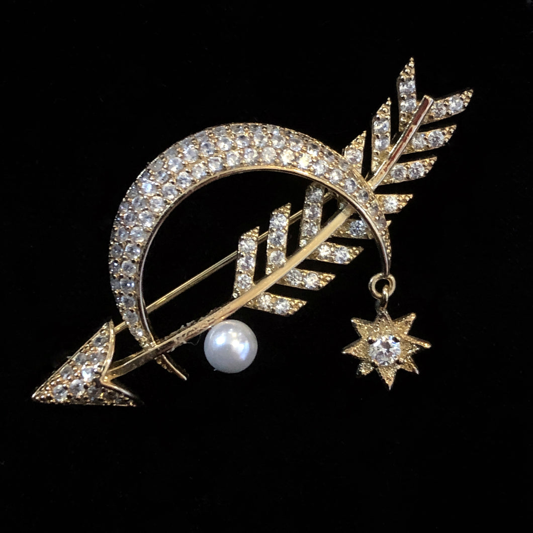 A DIAMANTÉ MOON AND ARROW BROOCH