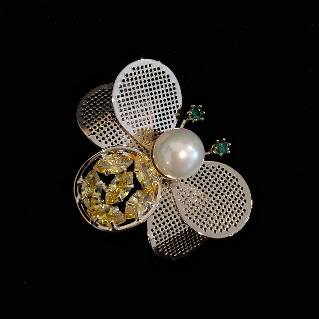A STYLISED BEE BROOCH WITH MESH WINGS