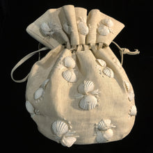 Load image into Gallery viewer, A 1950s CREAM STRAWCLOTH DILLY BAG WITH SHELLS