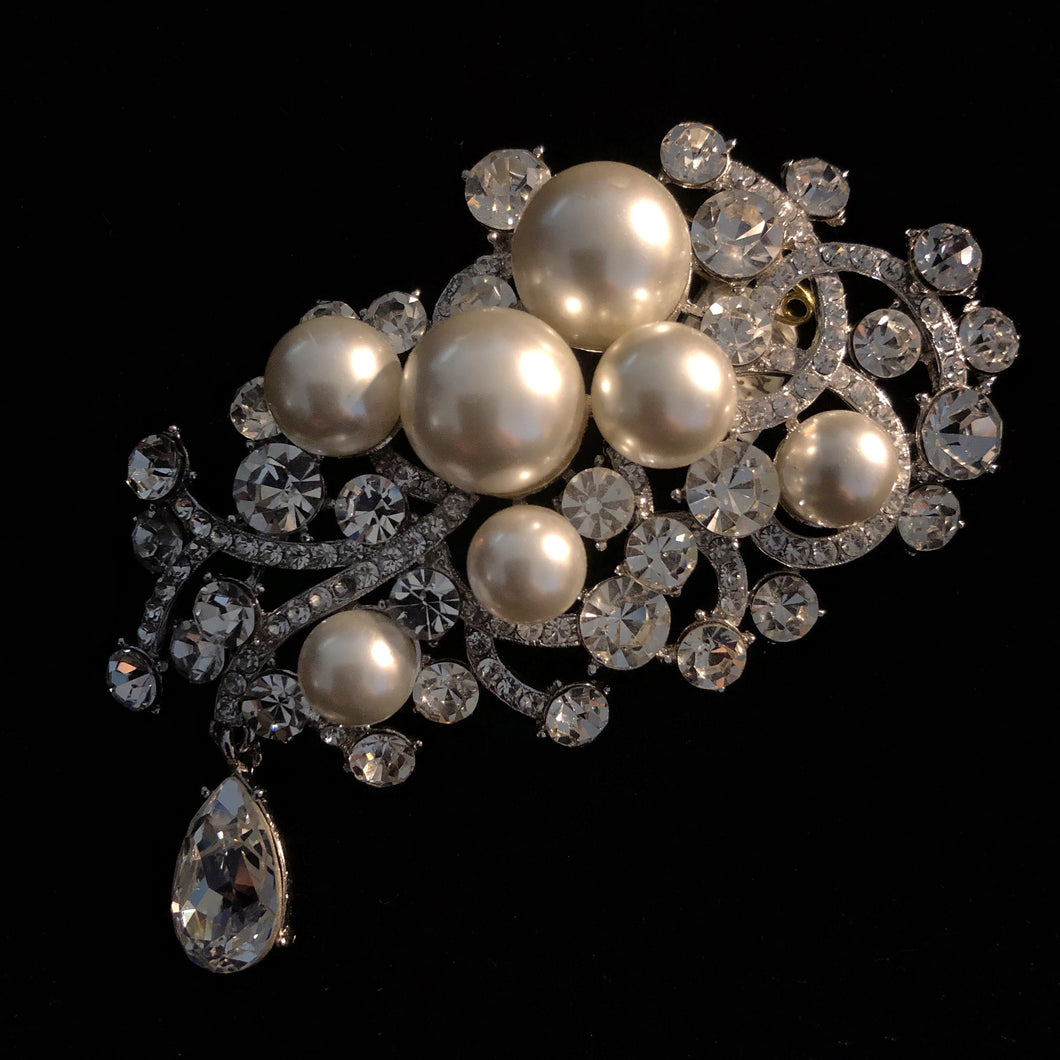 A MYSTERIOUS RHINESTONE AND PEARL BROOCH