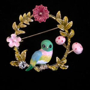 A WHIMSICAL ENAMELLED BIRD BROOCH