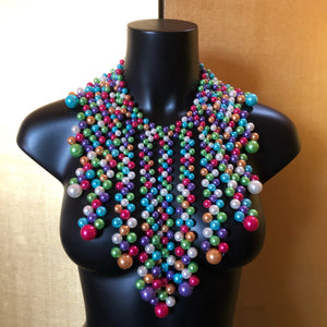 A DRAMATIC MULTICOLOURED PEARL PETAL NECKLACE