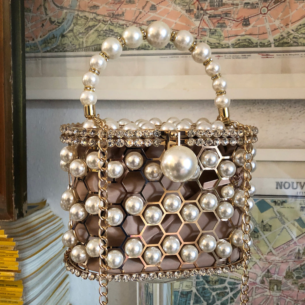 A HONEYCOMB PEARL BASKET BAG WITH RHINESTONE