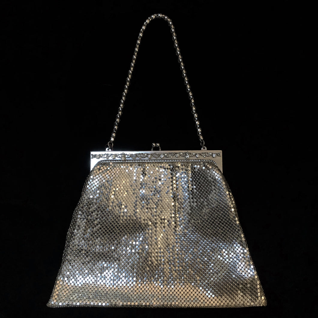 A STYLISH LARGE SILVER 70s GLOMESH PURSE