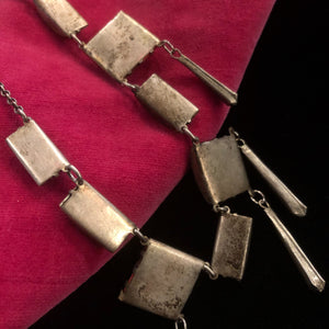AN ART DECO 1930s GLASS AND METAL NECKLACE