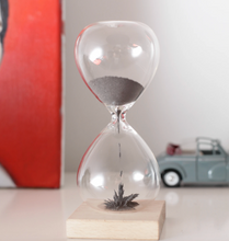 Load image into Gallery viewer, Magnetic Hour Glass