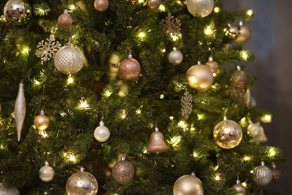 Decorating: Hanging Christmas ornaments on your Christmas trees do's and don'ts | Schmidt Christmas Market