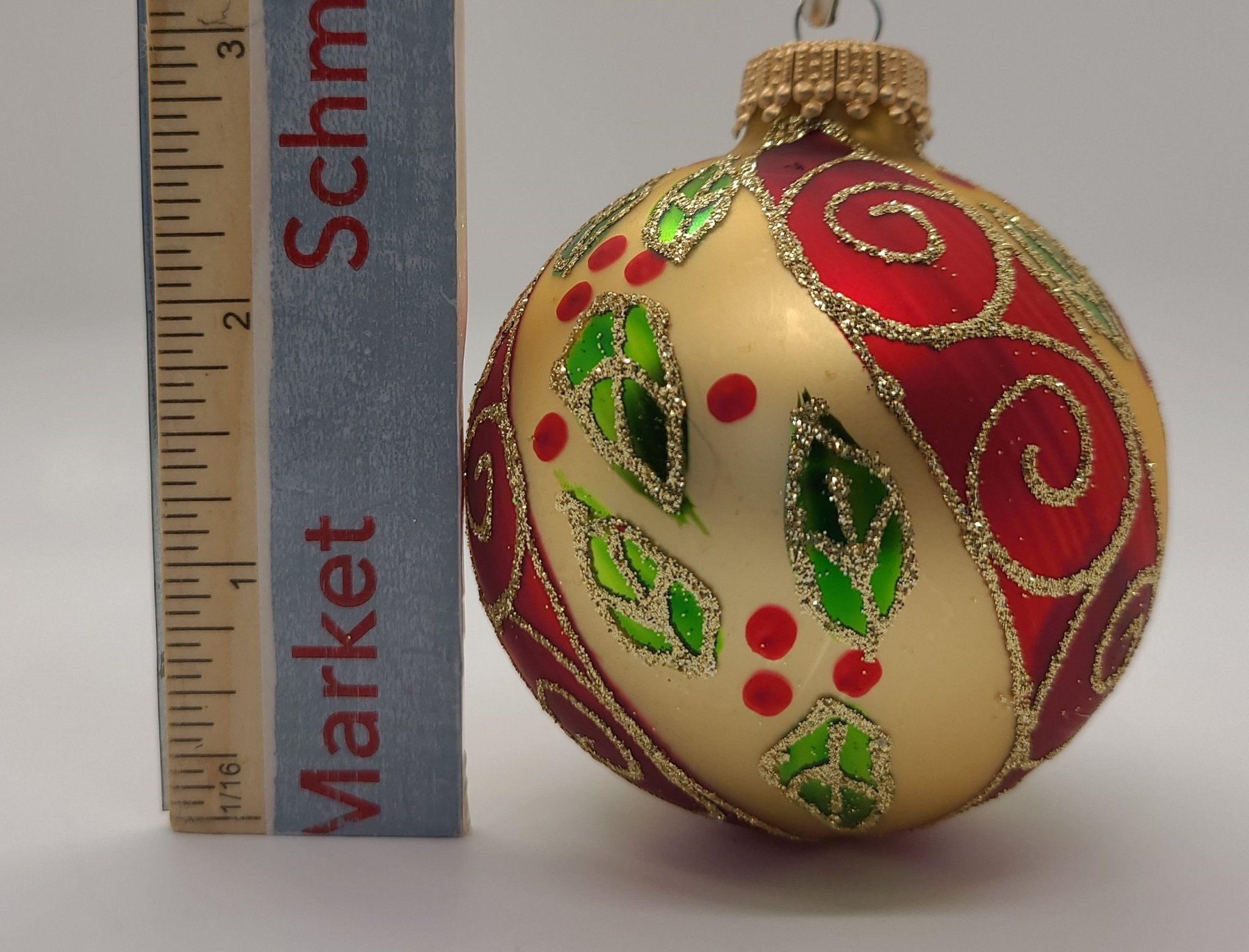 Chiffon Gold Shape ball na may Holly at Scroll na may Gold Crown Cap Ornament - Schmidt Christmas Market Christmas Decoration