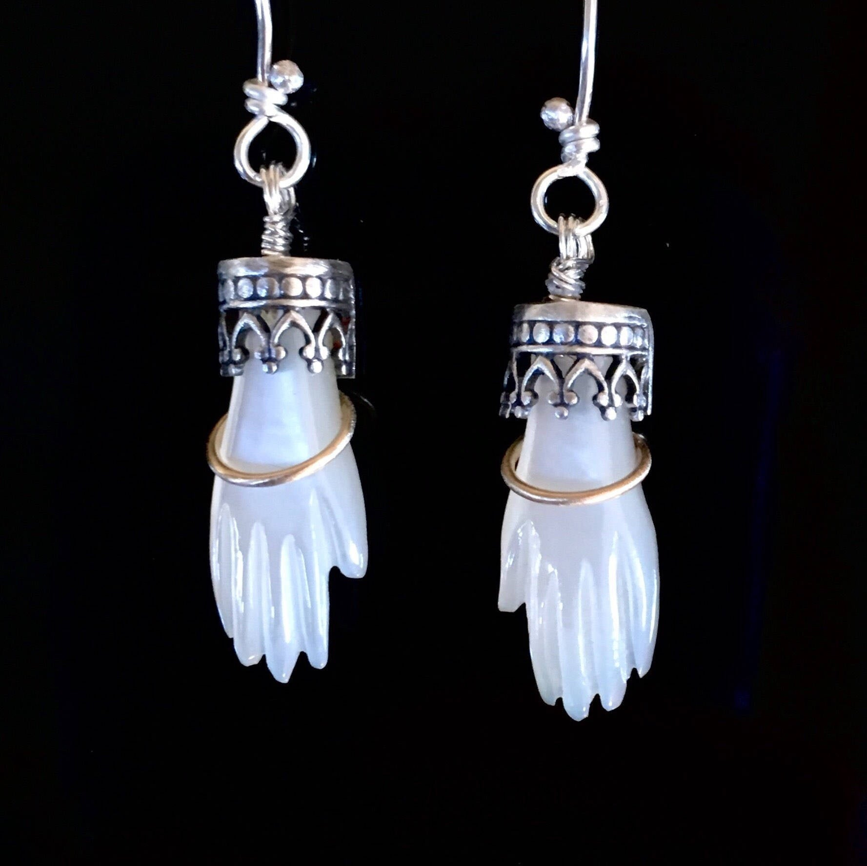 Hand Earrings with 18K Gold Bangle in Mother of Pearl
