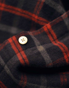 detail bouton chemise en flannel a carreaux gris et rouge Portuguese flannel Evening