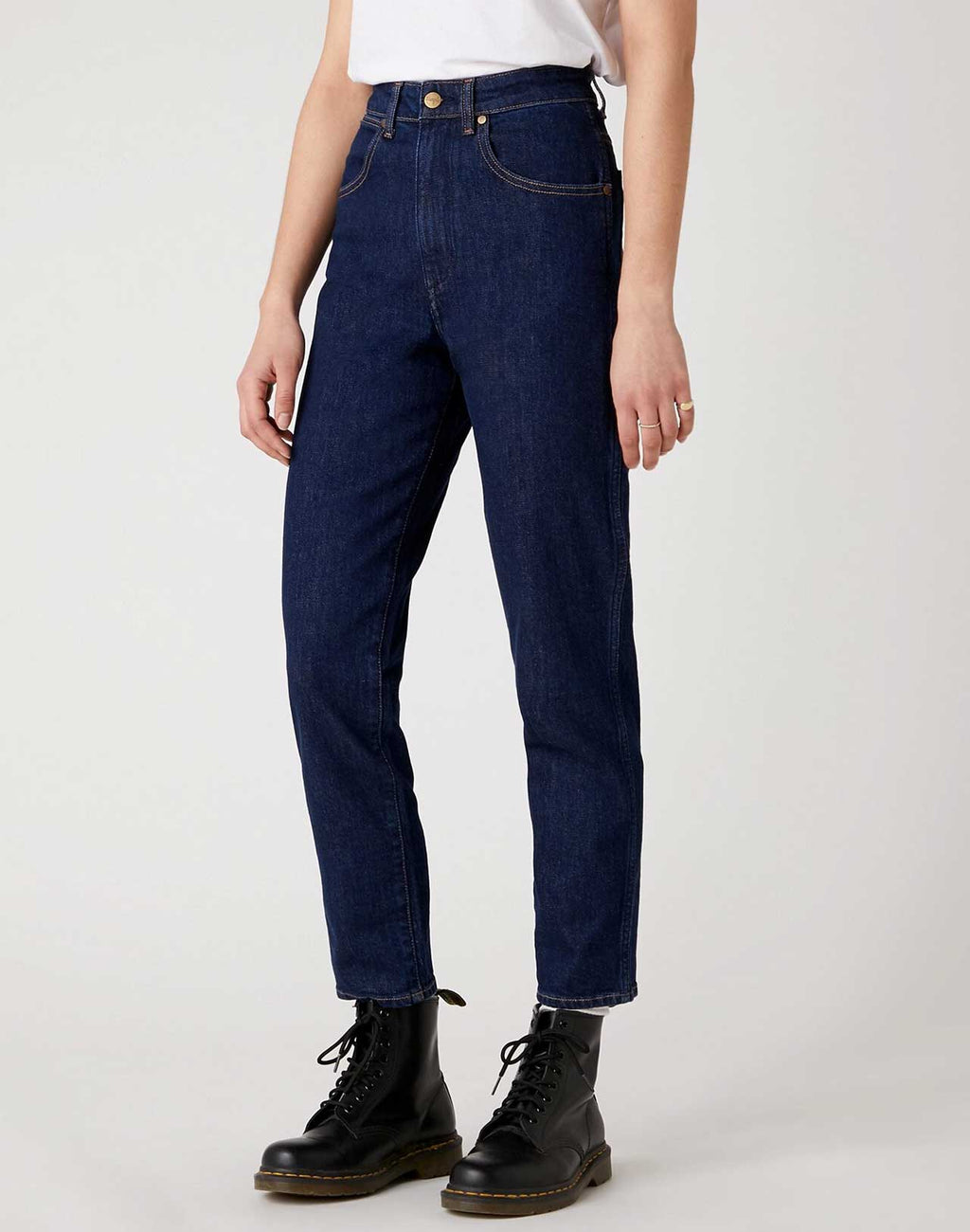 Jeans MOM Dark Blue Wrangler porté