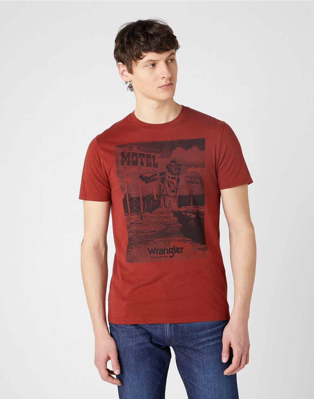 T-shirt Motel Rusty Brown Wrangler  porté