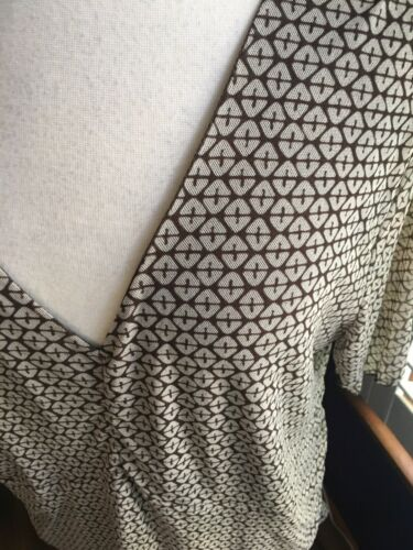 Attention Women's Size 1X Brown And Beige Pattern Short Sleeve Blouse V-Neck