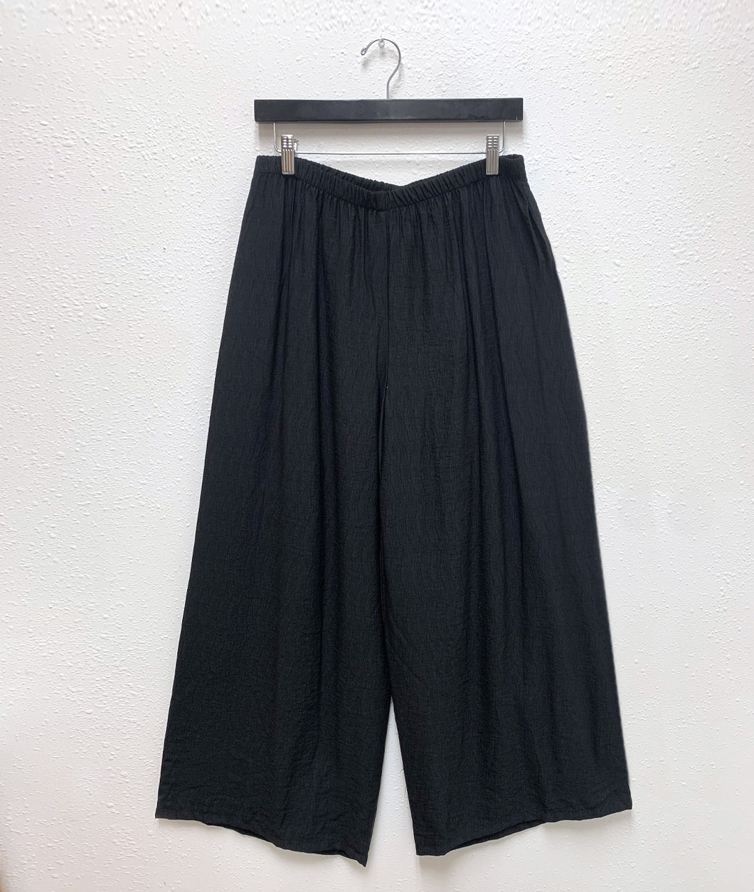 wide leg black pant with an elastic waistband