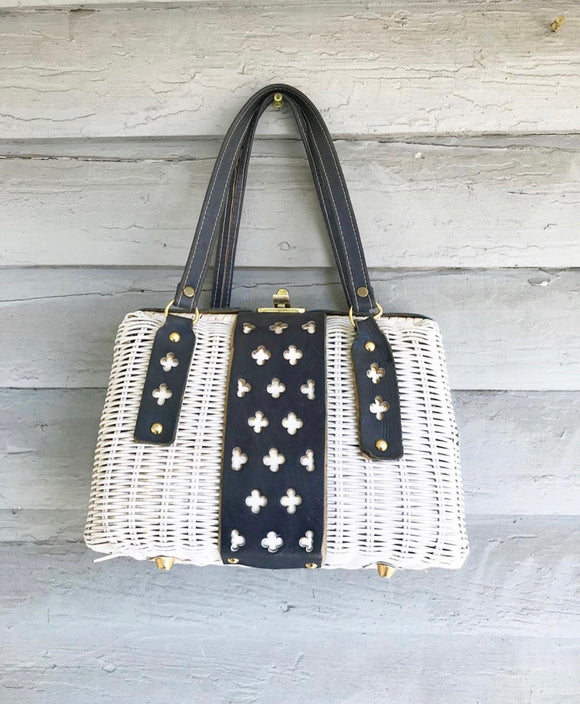 1960's White & Navy Wicker Handbag. ⁣ ⁣