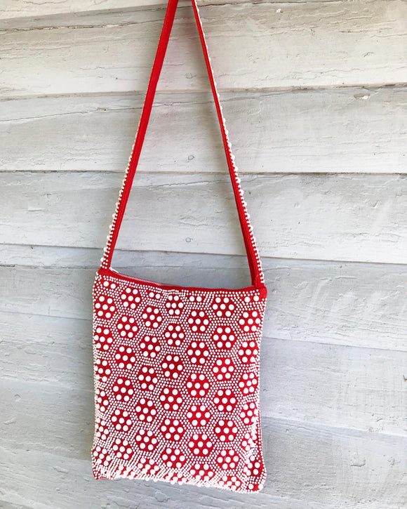1970's Red & White beaded tote bag. ⁣