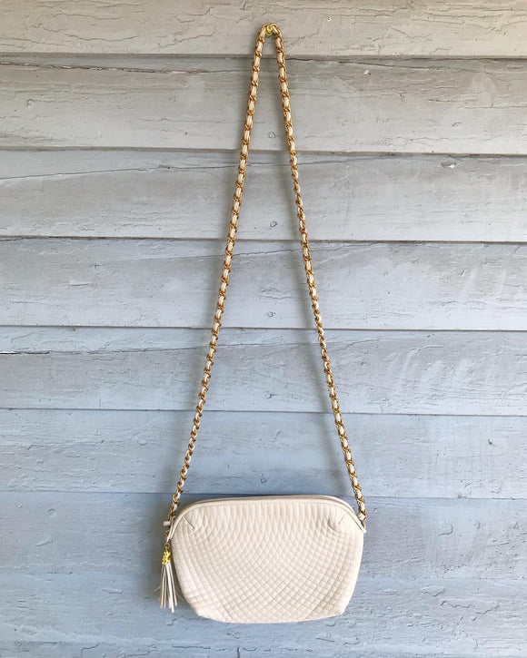 Ivory Quilted leather purse w/gold chain strap.⁣ ⁣