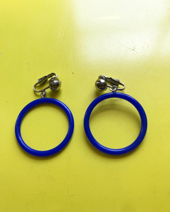 1980s blue plastic hoop clip on earrings⁣