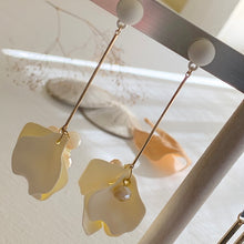 Load image into Gallery viewer, On trend fashion floral drop earrings in cream