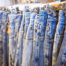 Load image into Gallery viewer, Vintage Levi Jeans