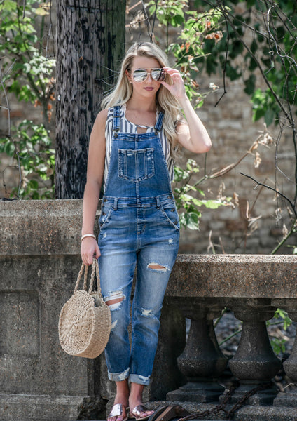 SHOP SILOE WOMEN'S  BOUTIQUE FEATURES HOW TO STYLE A PAIR OF DENIM OVERALLS FOR A CASUAL OUTFIT