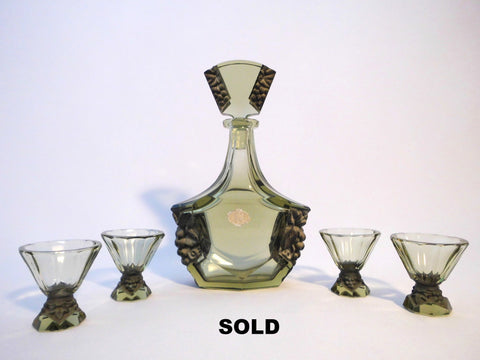 Likör Karaffe  with 4 glasses  STEFANI  Facet cut & relief moulded with decoration  DECANTER & GLASSES SET  Sudetendeutsche Wertarbeit   Sudetenland between 1918 and 1938