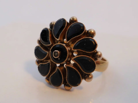 18 k Gold & Onyx Seed Pearl Ring.   Inside diameter 15,7 mm  0,618 inch